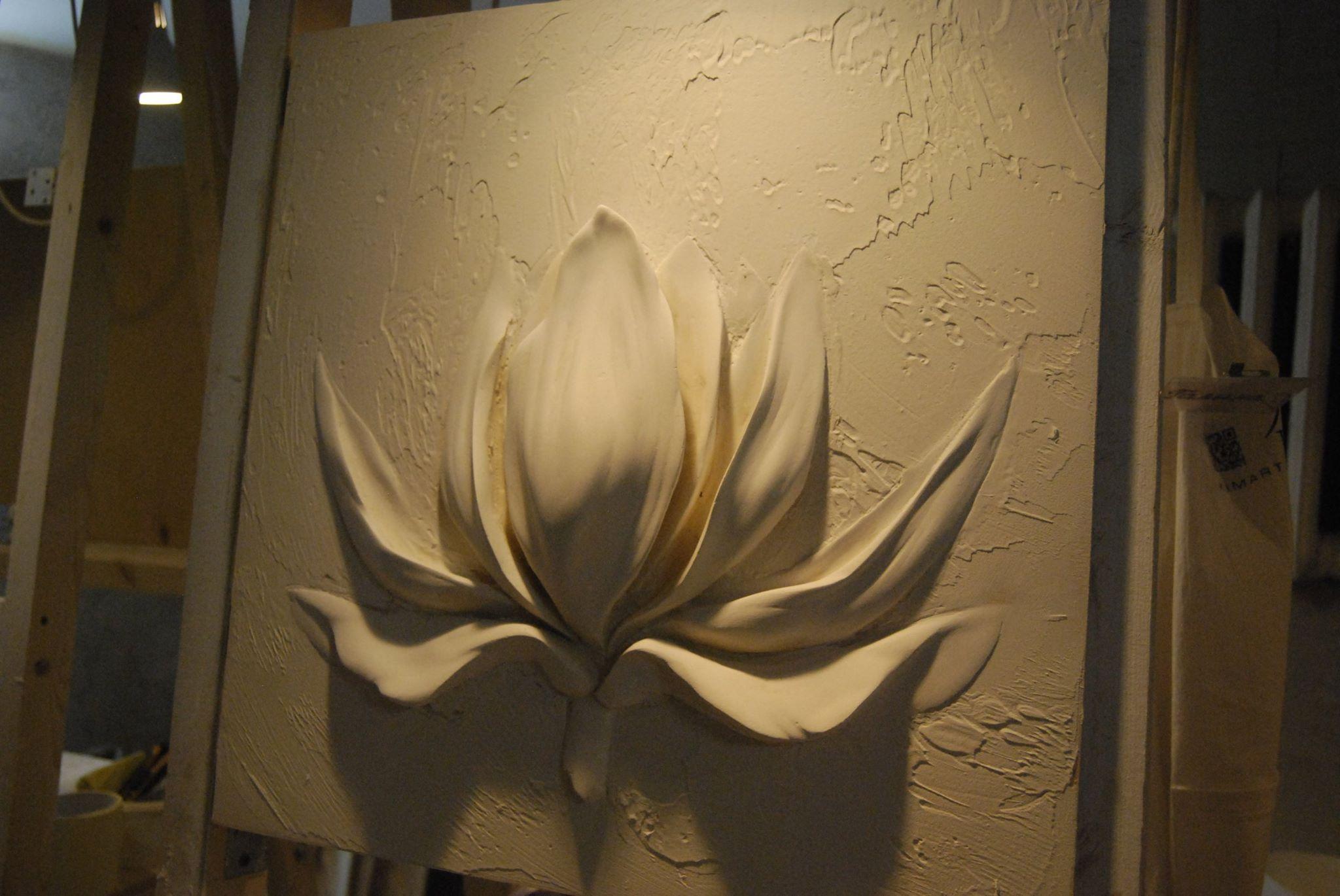 Гипсовые цветы на стенах в квартире и процесс изготовления